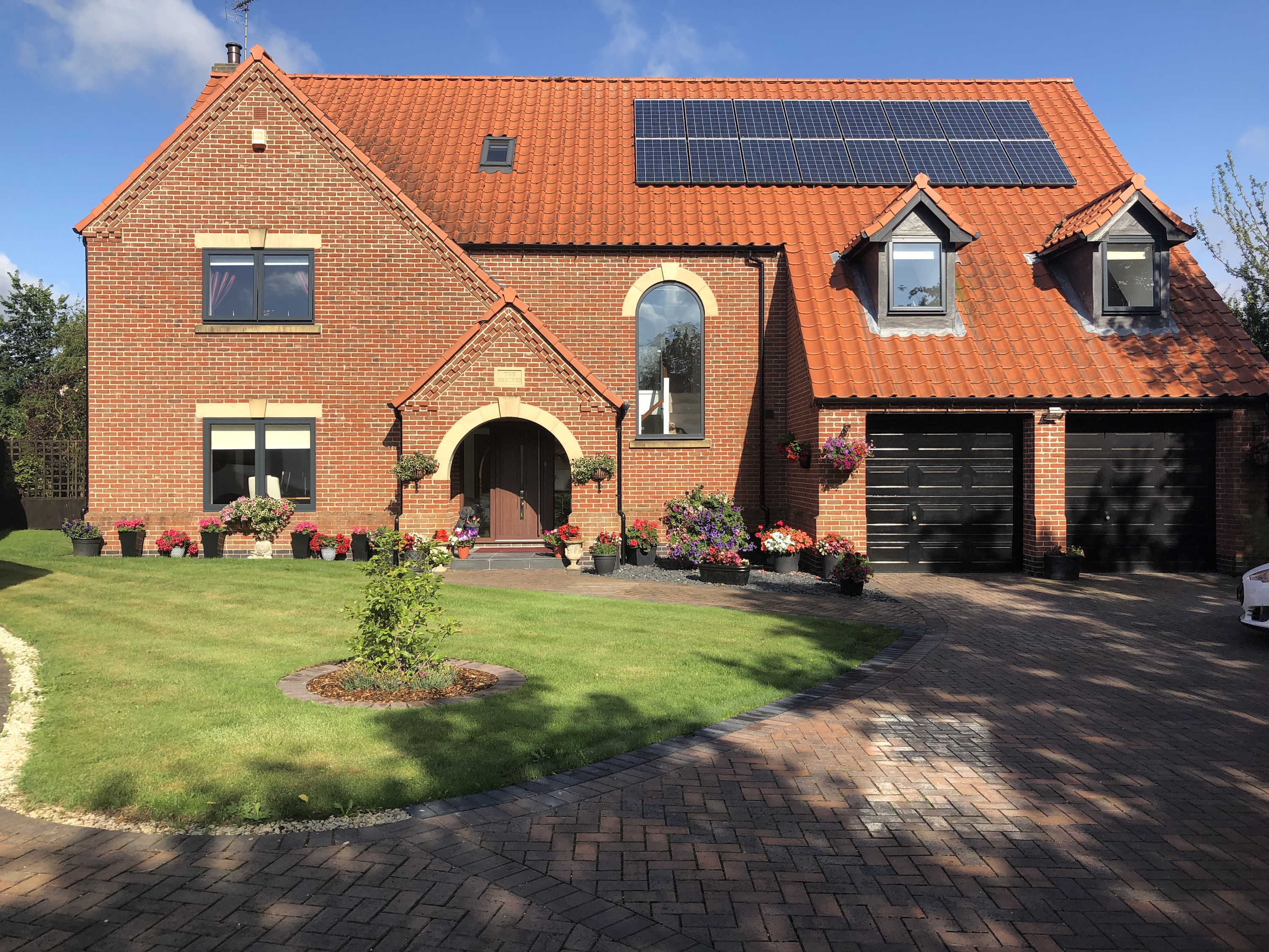 Contemporary Detached house with Solar Panels